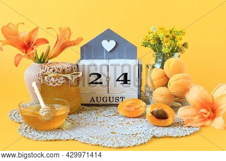 Calendar For August 24 : The Name Of The Month Of August In English, The Number 24, Flowers In Vases