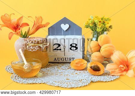 Calendar For August 28 : The Name Of The Month Of August In English, The Number 28, Flowers In Vases