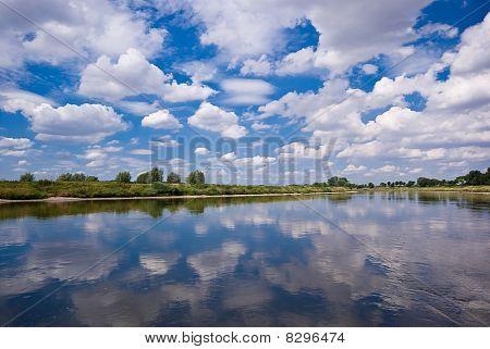 Fluss, Himmel und Wolken