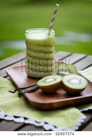 Green smoothie with kiwi and vanilla