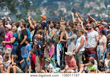 ZURICH, SWITZERLAND. 16th July, 2016. Spectators watching the ramp at Red Bull Flugtag as the teams with their flying devices start in Zurich, Switzerland.