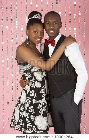 junges Paar gekleidet für party