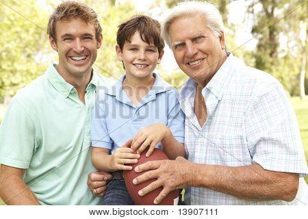 Großvater mit Vater und Sohn spielen American Football