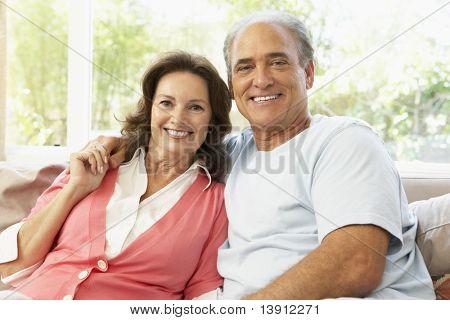 Entspannende altes Paar zuhause