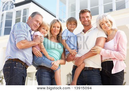 Großfamilie vor modernen Haus