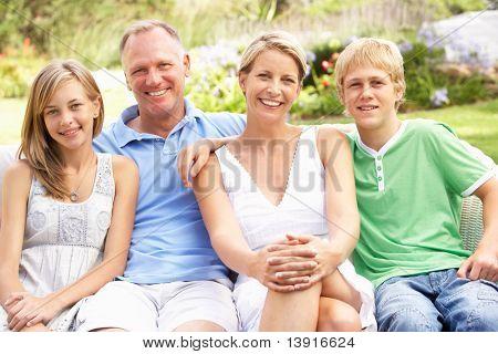 Familie entspannend im Garten