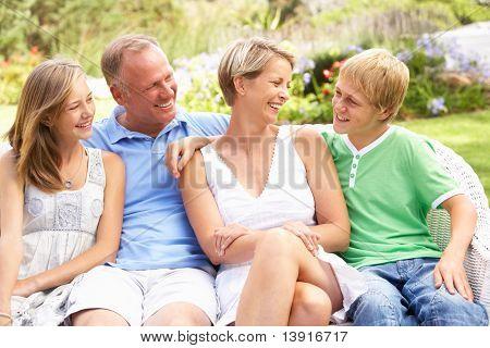 im Garten entspannen Familie