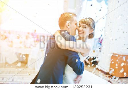 First wedding dance with golden confetti at wedding