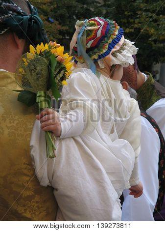 Celebración Fiestas del Pilar. Niña en brazos en La Ofrenda de Flores para la Patrona. Zaragoza. España.