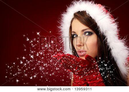 Portrait of beautiful sexy Girl tragen von Santa Claus Kleidung auf rotem Hintergrund