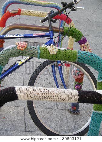 Aparcamiento bicicletas. Precioso bordado a ganchillo. Plaza  céntrica de  Zaragoza. España.