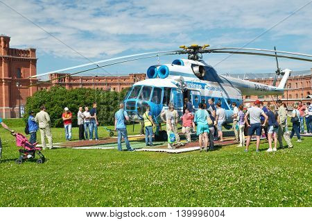 17.07.2016.Russia.Saint-Petersburg.Passengers boarding a helicopter for a tour of the sky.