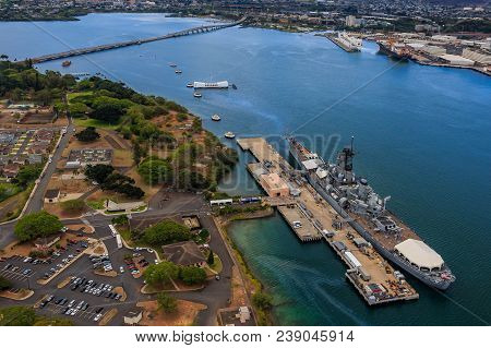 Uss Missouri (bb-63) And Uss Arizona Memorial In Pearl Harbor Honolulu Hawaii