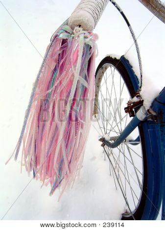 Ein Fahrrad im Schnee