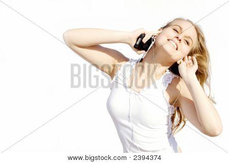 Teenager tanzen und persönliche Stereo hören