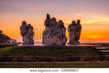 Baiona, Espanha - May 03, 2018 : Sunset Near The Monument Encounter Between Two Worlds, Pontevedra,