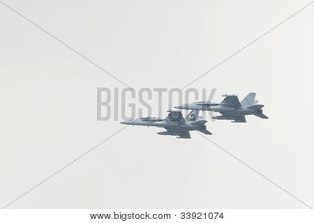 HOBOKEN, NJ - 23 de mayo: Los militares FA - 18G avión volar a lo largo del río Hudson, cerca de Manhattan durante la