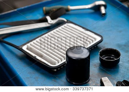 Spare Part For Car Engine Filter For Cleaning Dust And Dirt With Air Filter< Wrebch And Puller On A