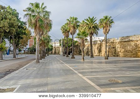 Cadiz, Spain -  November 2, 2018: Plaza De Filipinas  With The Statue Of The Immaculate Conception A
