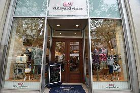 Chicago, Il September 19, 2019, Vineyard Vines Designer Fashion Store Front Entrance Door, Windows A