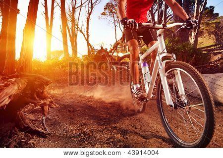 Ciclista de bicicleta de montaña a solo pista en atleta activo de sunrise estilo de vida saludable haciendo deporte