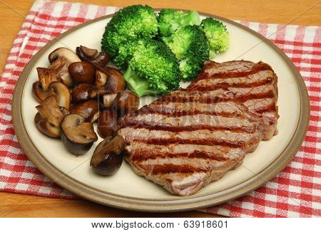 Sirloin steak dinner with vegetables but no carbohydrates.