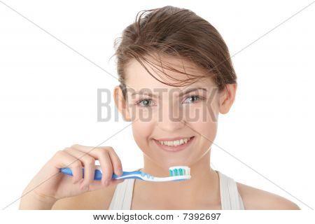 Joven cepilla sus dientes felizmente
