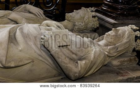 statue of  king Robert le pieux,  in basilica of saint-denis