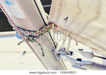 Fixing the mainsail to the mast using the sheets