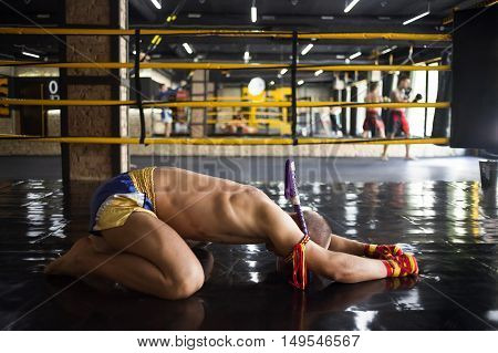 Man Fighter Muay Thai bowed in the ring