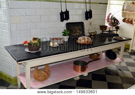 Cooking of former days with the service with casseroles plates and a central work plan.