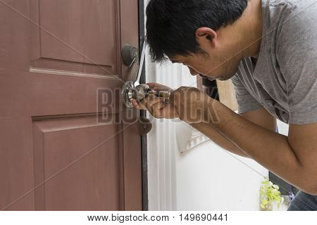 locksmith try to use cylinder tool for open the door