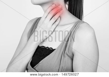 A woman has a sore throat, health condition