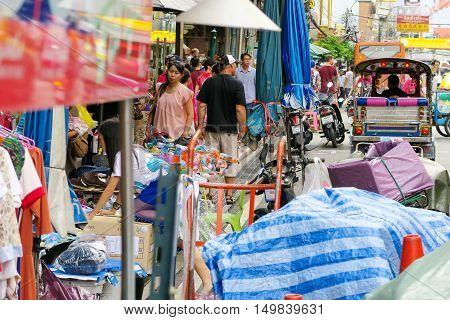 BANGKOK, THAILAND - SEPTEMBER 25, 2016 : urban lifestyle on Yaowarat Road,chinatown of Bangkok, Yaowarat road is the center of China town in Bangkok, Thailand.