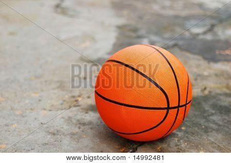 Basketball auf gebrochenen Pflaster