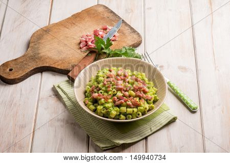 pasta with bacon  and peas sauce