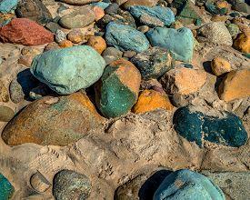 Rocas de color sobre la orilla de la playa