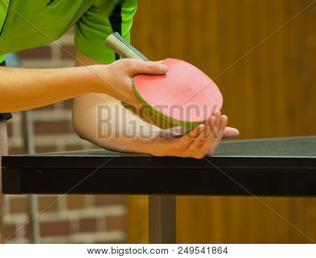 Table Tennis Player serving Nachricht an den