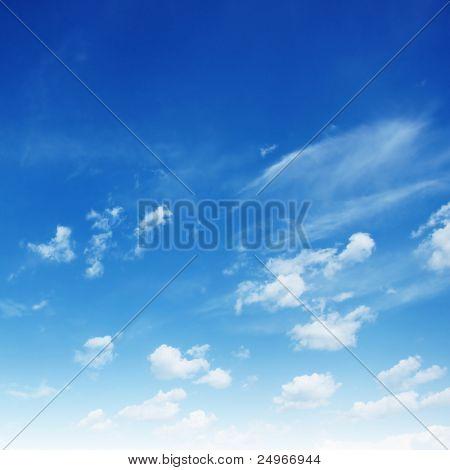 蓝色的天空。