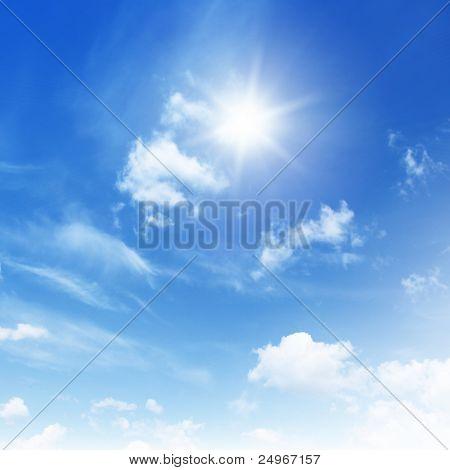 Céu azul com nuvens e sol.