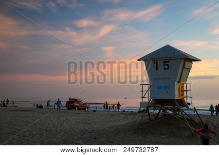 Mission Bay, Ca-usa-8 July 2018- Sunset At Mission Bay Beach.  Lifeguard Tower 15 In The Foreground
