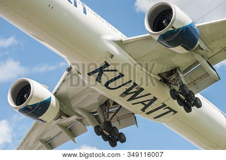 London, Heathrow Airport, Uk - May 12: Kuwait Airways Boeing 777 Landing Gear Closeup On Approach To