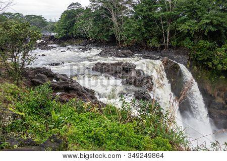 Hilo, Hawaii, Usa. - January 14, 2020: Water Runs Over The Edge Of  White Rainbow Falls On Wailuku R
