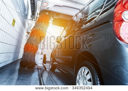 Black Modern Delivery Minivan Car Cleaning With Robot Automatic Tunnel Car Wash Machine. Grey And Re