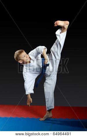 Left foot yoko-geri boy beat in the white karategi
