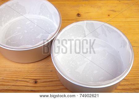 Cake Tins Wit Paper