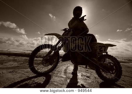 Motocross Motox Biker-Weitwinkel Fahrer beim Rennen