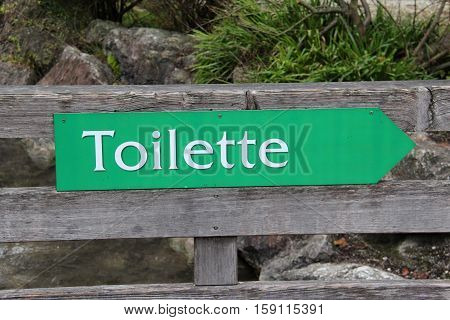 Toilette / The arrow indicates the location of the toilet