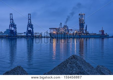 NOBLE GLOBETROTTER II - 20th April 2016 - Drill ship - Port Burgas, Bulgaria - Beautiful foggy sunrise