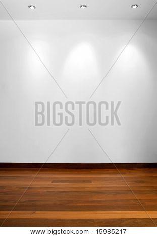 Leere weiße Wand mit 3 Strahler und Holzboden